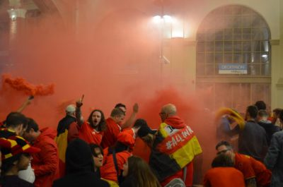 試合後は駅構内でベルギー人とウェールズ人が発煙筒を焚き、大混乱に
